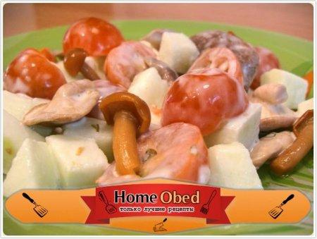 Салат с маринованными грибами