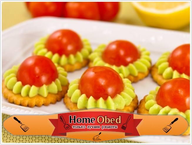 Крекеры с авокадо и помидорами черри