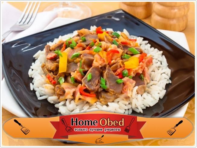Куриные желудки, жаренные с беконом и овощами