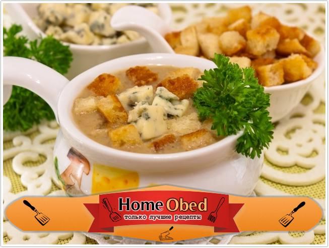 Суп с грибами, сухариками и сыром